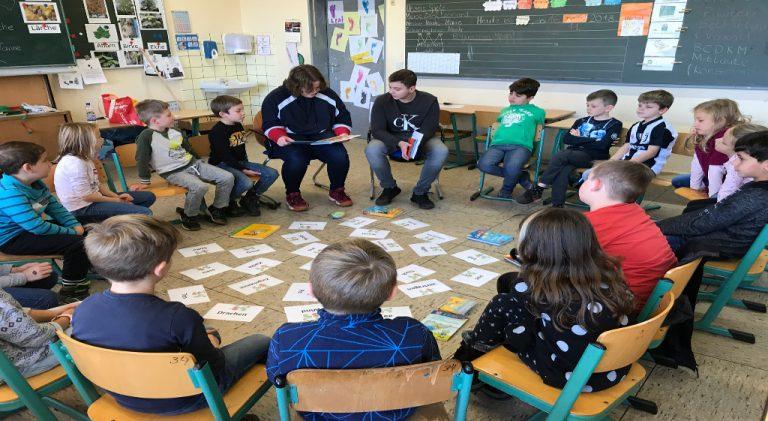 Grundschulprojekt: Schülerpaten der Eichenlaubschule als Märchentante und Märchenonkel