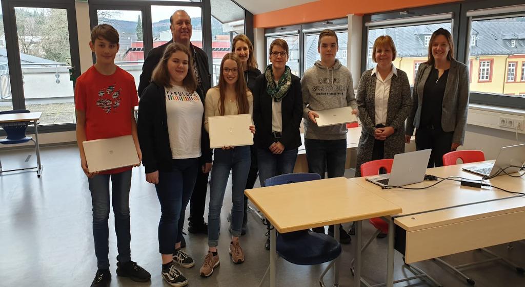 Kooperation und Laptops für die Eichenlaubschule Weiskirchen